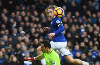 LIVERPOOL, ENGLAND - JANUARY 15:  Tom Davies of Everton lifts the ball over goalkeeper Claudio Bravo of Manchester City to score his team's third goal during the Premier League match between Everton and Manchester City at Goodison Park on January 15, 2017 in Liverpool, England.  (Photo by Michael Regan/Getty Images)