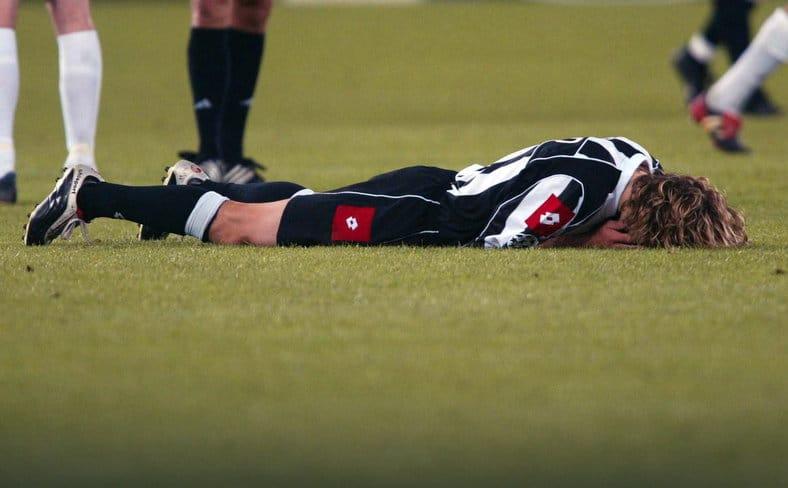 Nedved po ostatnim gwizdku rewanżu z Realem Madryt. Juventus awansował, ale Czech już wiedział, że nie zagra w wymarzonym finale.