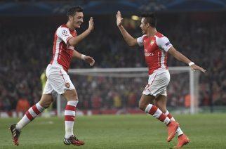 Alexis Sanchez oraz Mesut Oezil mogą latem opuścić klub na zasadzie wolnego transferu (AP Photo/ Tim Ireland)