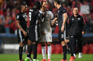 Piłkarze Manchesteru pocieszający młodego golkipera Benfici (Zdjęcie: foxsportsasia.com)