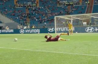"""Kibic krytykował w sieci, że """"nawet on by to strzelił"""". Roma wyszła ze świetną inicjatywą"""