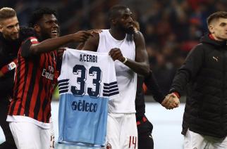 """Dziecinne zachowanie piłkarzy Milanu. Po wymianie koszulek, zaczęli paradować ze zdobytym """"trofeum""""!"""