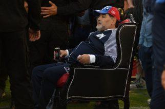 Szalony jak zawsze. Maradona prowadził drużynę…na tronie