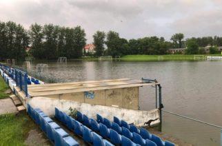 Wypompowana woda na piłkarskie boisko. Prezes oskarża Straż Pożarną o gigantyczne zniszczenia