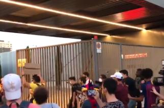 Ogromne zamieszanie w Barcelonie. Kibice wtargnęli do siedziby klubu! [WIDEO]