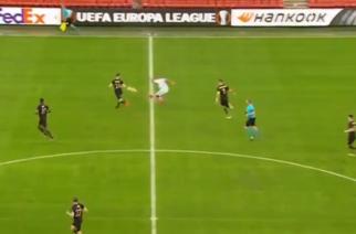 Przelobował bramkarza z połowy boiska. Niesamowity gol w Lidze Europy! [WIDEO]