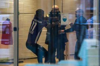 Piłkarz belgijskiej ekipy próbuje wymusić transfer. Przyszedł na trening w koszulce rywala!