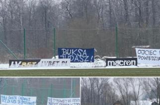 """""""Buksa Judasz"""" – obraźliwe transparenty pojawiły się w ośrodku treningowym Wisły Kraków"""