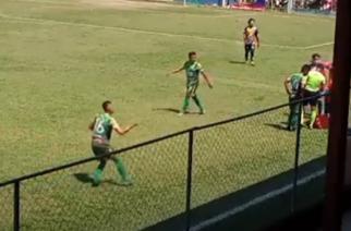 Kuriozalna sytuacja w Gwatemali. Piłkarz sam uderza się przedmiotem rzuconym na boisko! [WIDEO]