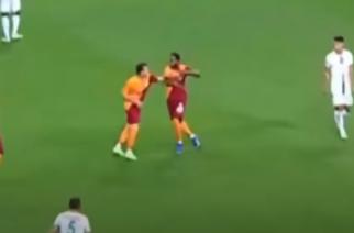 Kuriozalne sceny w Turcji. Piłkarz Galatasaray zaatakował swojego kolegę z drużyny! [WIDEO]